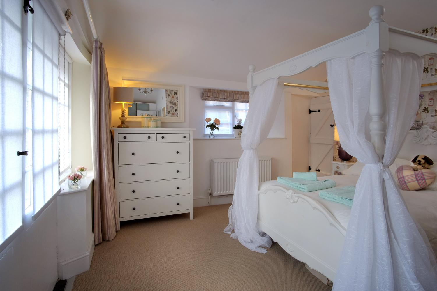 The four poster bed in 'Refresher'