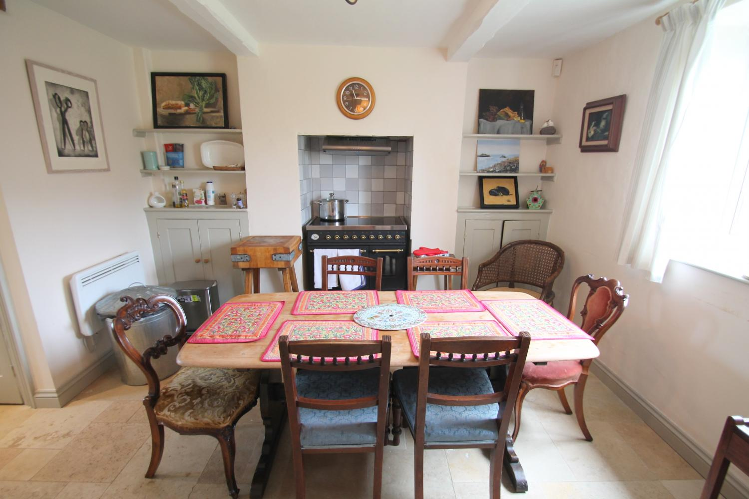 Kitchen-dining room with range cooker