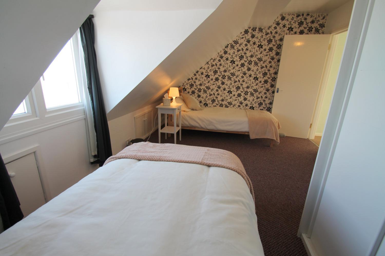 Twin bedroom on top floor with sea view.