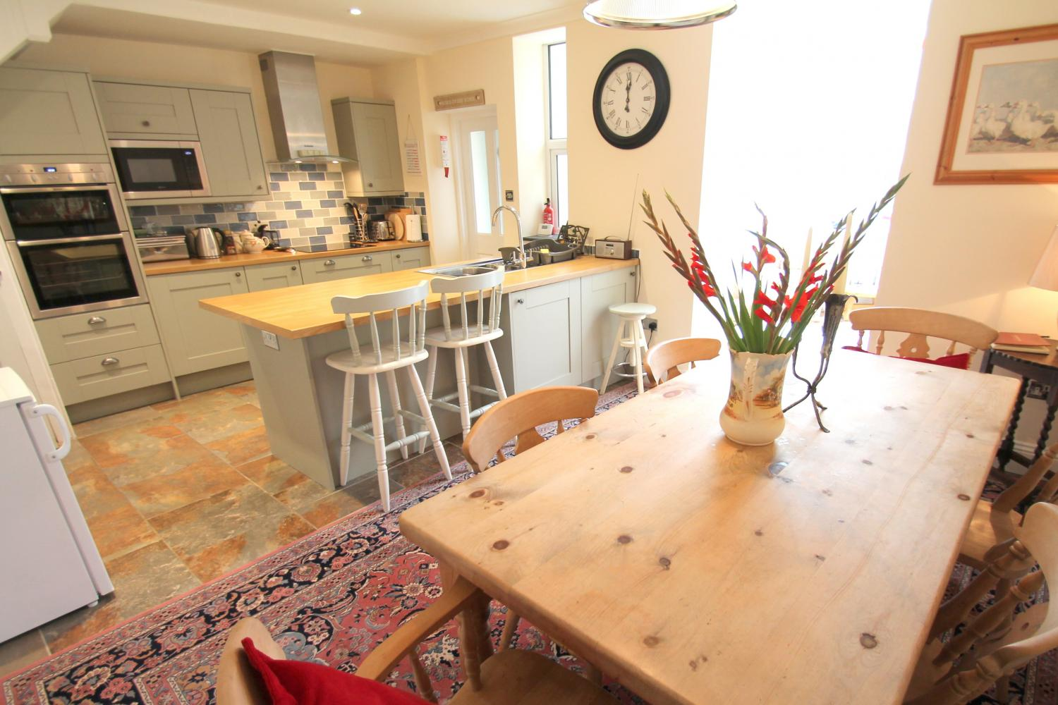 Pip's Corner kitchen and dining area