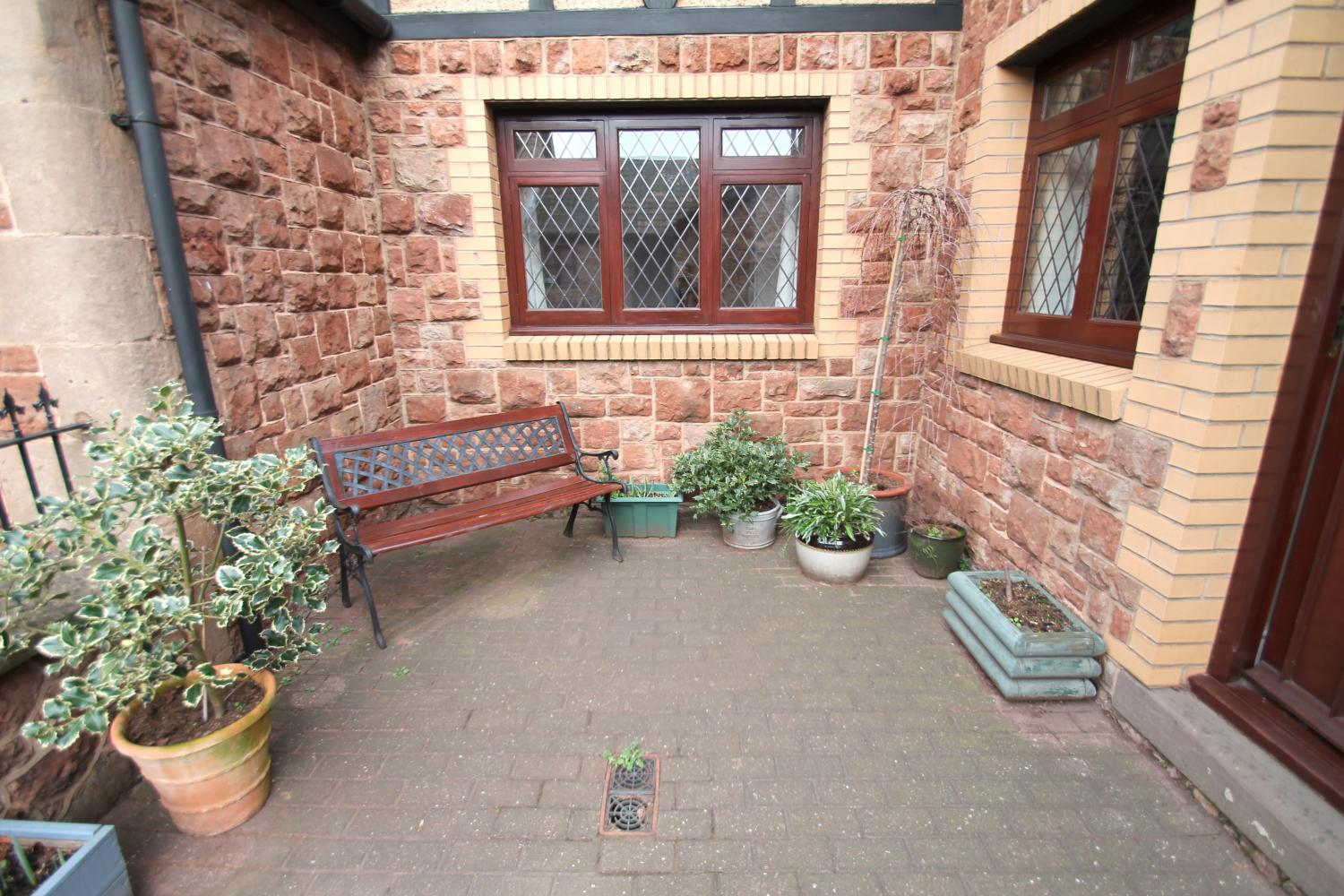 Number 2 Grooms Cottage courtyard